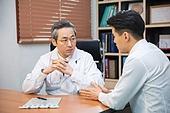 한국인, 남성, 의사, 중년 (성인), 진찰 (의료행위), 건강이상, 진료실 (클리닉), 설명, 심각 (감정)