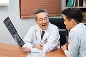 한국인, 남성, 의사, 중년 (성인), 진찰 (의료행위), 진료실 (클리닉), 설명, 엑스레이영상 (과학사진기술), 미소