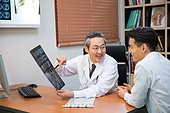 한국인, 남성, 의사, 중년 (성인), 진찰 (의료행위), 진료실 (클리닉), 설명, 엑스레이영상 (과학사진기술)