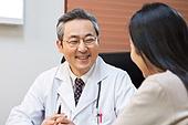 한국인, 남성, 의사, 중년 (성인), 진찰 (의료행위), 진료실 (클리닉), 설명, 미소