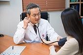 한국인, 남성, 의사, 중년 (성인), 진찰 (의료행위), 진료실 (클리닉), 설명, 혈압계 (의료도구), 청진기