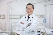 한국인, 남성, 의사, 중년 (성인), 병원, 병실, 진찰 (의료행위), 팔짱[혼자] (몸의 자세), 미소