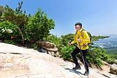 남성, 하이킹 (아웃도어), 산, 산림욕, 혼자여행 (여행), 등산복, 산책길 (보행로), 걷기, 풍경보기 (응시), 미소