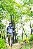 남성, 하이킹 (아웃도어), 산, 산림욕, 혼자여행 (여행), 등산복, 산책길 (보행로), 걷기, 미소, 만족