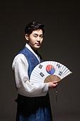 한국인, 남성, 한복, 전통의상, 어두움 (색상강도), 빛 (자연현상), 태극무늬 (한국전통), 광복절, 미소