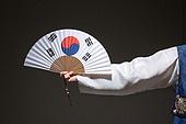 한국인, 남성, 한복, 전통의상, 어두움 (색상강도), 빛 (자연현상), 태극무늬 (한국전통), 광복절