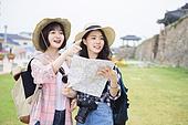 한국인, 친구 (컨셉), 여행, 지도, 찾기 (응시), 미소, 성벽, 관광, 손짓