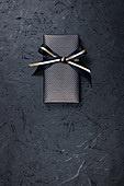 사진, 선물 (인조물건), 선물상자 (상자), 포장, 장식품 (인조물건), 상업이벤트 (사건), 기념일, 나비모양리본 (매듭), 금색 (색상), 프로포즈