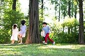 어린이 (인간의나이), 플레이 (움직이는활동), 나무, 친구, 회전 (물리적활동)