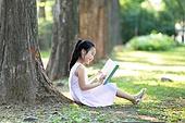 어린이 (인간의나이), 소녀, 숲, 책, 읽기 (응시), 미소