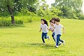 어린이 (인간의나이), 소년, 소녀, 들판, 달리는 (물리적활동), 미소, 손잡기 (홀딩)