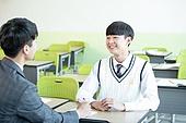 교실, 책상, 앉기 (몸의 자세), 고등학생, 교사 (교육직), 조언 (컨셉), 미소