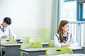 교실, 여학생, 고등학생, 공부 (움직이는활동), 걱정 (어두운표정), 멀리보기 (응시)