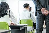 고등학생, 교실, 대학수학능력시험 (시험), 감시, 뒷짐 (몸의 자세)