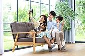 가족, 집 (주거건물), 애완동물 (길든동물), 함께함 (컨셉), 거실, 미소, 밝은표정, 셔틀랜드쉽독 (콜리), 셀프카메라 (포즈취하기)