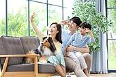 가족, 집 (주거건물), 애완동물 (길든동물), 함께함 (컨셉), 거실, 미소, 밝은표정, 셔틀랜드쉽독 (콜리)