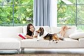 거실, 소파, 애완동물 (길든동물), 싱글라이프 (주제), 여성, 독신여성 (독신), 셔틀랜드쉽독 (콜리), 책, 읽기 (응시)