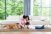 가족, 집 (주거건물), 애완동물 (길든동물), 골든리트리버 (리트리버), 함께함 (컨셉), 거실, 미소, 체스, 엎드림 (눕기)