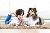 어린이 (인간의나이), 애완동물 (길든동물), 애완견, 엎드림 (눕기), 스마트폰, 대화, 미소