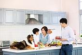 가족, 집 (주거건물), 애완동물 (길든동물), 셔틀랜드쉽독 (콜리), 함께함 (컨셉), 거실, 미소, 주방 (건설물), 키친아일랜드 (주방조리대), 음식준비 (움직이는활동)
