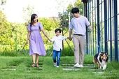 가족, 집 (주거건물), 애완동물 (길든동물), 셔틀랜드쉽독 (콜리), 함께함 (컨셉), 미소, 걷기 (물리적활동), 개줄 (애완동물장비)