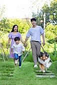 가족, 집 (주거건물), 애완동물 (길든동물), 셔틀랜드쉽독 (콜리), 함께함 (컨셉), 미소, 걷기 (물리적활동), 달리는 (물리적활동)