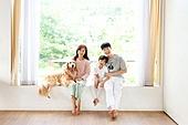 가족, 집 (주거건물), 애완동물 (길든동물), 골든리트리버 (리트리버), 함께함 (컨셉), 거실, 미소, 방, 창틀 (창문), 앉기 (몸의 자세)