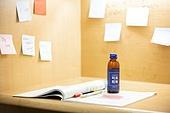 독서실, 공부 (움직이는활동), 포스트잇, 음료, 병 (용기)