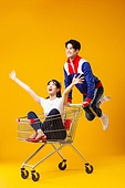 트레이닝복 (운동복), 레트로스타일 (컨셉), 패션, 커플, 쇼핑카트 (소매업장비), 미소, 만세, 점프