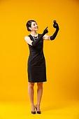 레트로스타일 (컨셉), 드레스 (의복), 쇼핑 (상업활동), 패션, 미소, 스마트폰, 전자상거래 (기술)
