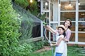 여성, 귀촌, 정원, 흩뿌리기 (움직이는활동), 미소, 가족