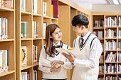 고등학생, 교복, 도서관, 책, 미소, 공부, 읽기 (응시), 대화, 학생, 마주보기 (위치묘사)