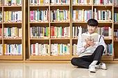 고등학생, 교복, 도서관, 책, 미소, 읽기 (응시), 학생, 기댐, 앉기 (몸의 자세)