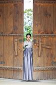 여성, 한옥 (한국전통), 전통문화, 한복, 한국명절 (한국문화), 대문, 열기 (움직이는활동)