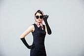 여성, 블랙프라이데이, 드레스 (의복), 레트로스타일 (컨셉), 스카프 (목장식), 엷은색선글라스 (선글라스)