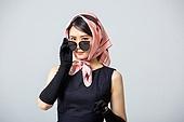 여성, 블랙프라이데이, 드레스 (의복), 레트로스타일 (컨셉), 스카프 (목장식), 엷은색선글라스 (선글라스), 얼굴표정 (커뮤니케이션컨셉), 엿보기 (응시)