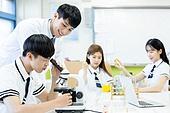 고등학생, 실험실 (연구소), 과학실험 (사건), 교복, 중고등학교 (학교건물), 현미경, 관찰, 남학생, 십대 (인간의나이), 학교과학실험 (과학), 교사 (교육직), 미소