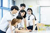 고등학생, 실험실 (연구소), 과학실험 (사건), 교복, 중고등학교 (학교건물), 십대 (인간의나이), 미소, 교사 (교육직), 설명, 학교과학실험 (과학), 노트북사용 (컴퓨터사용)