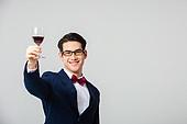 남성 (성별), 정장, 나비넥타이 (목장식), 쇼핑 (상업활동), 와인, 건배 (사건), 미소