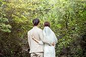 결혼 (사건), 스몰웨딩, 정원, 자연 (주제), 숲, 웨딩드레스 (드레스), 결혼식, 신랑, 신부 (결혼식역할), 뒷모습, 브이사인 (손짓)