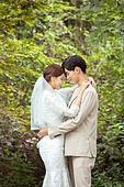 결혼 (사건), 스몰웨딩, 정원, 자연 (주제), 숲, 웨딩드레스 (드레스), 미소, 결혼식, 신랑, 신부 (결혼식역할), 포옹
