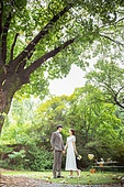 결혼 (사건), 스몰웨딩, 정원, 자연 (주제), 숲, 웨딩드레스 (드레스), 미소, 결혼식, 신랑, 신부 (결혼식역할), 나무, 손잡기 (홀딩), 마주보기 (위치묘사)