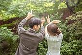결혼 (사건), 스몰웨딩, 정원, 자연 (주제), 숲, 웨딩드레스 (드레스), 미소, 결혼식, 사랑 (컨셉), 신랑, 신부 (결혼식역할), Love - Emotion (Concepts), 뒷모습, 손짓 (제스처), 마주보기 (위치묘사)