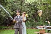 결혼 (사건), 스몰웨딩, 정원, 자연 (주제), 숲, 웨딩드레스 (드레스), 미소, 결혼식, 신랑, 신부 (결혼식역할), 즐거움, 샴페인 (와인), 뿌리기 (움직이는활동)
