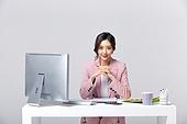비즈니스, 여성, 20-29세 (청년), 비즈니스우먼, 사무실 (업무현장), 도시생활, 누끼, 한국인, 경영자 (책임자), 업무현장, 미소, 자신감