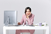 비즈니스, 여성, 20-29세 (청년), 비즈니스우먼, 사무실 (업무현장), 도시생활, 누끼, 한국인, 동양인 (인종), 경영자 (책임자), 걱정 (어두운표정), 스트레스