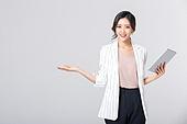 비즈니스, 여성, 비즈니스우먼 (사업가), 일 (물리적활동), 한국인, 동양인 (인종), 라이프스타일 (주제), 누끼, 한명, 업무현장, 디지털태블릿 (개인용컴퓨터), 안내 (컨셉), 손짓 (제스처), 제스처