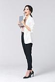 비즈니스, 여성, 비즈니스우먼 (사업가), 일 (물리적활동), 한국인, 동양인 (인종), 라이프스타일 (주제), 누끼, 한명, 업무현장, 디지털태블릿 (개인용컴퓨터), 안내 (컨셉)