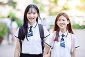 고등학생, 학교건물 (교육시설), 십대 (인간의나이), 등하교 (움직이는활동), 학교생활, 친구, 미소, 여학생