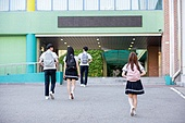 고등학생, 학교건물 (교육시설), 십대 (인간의나이), 등하교 (움직이는활동), 학교생활, 뒷모습, 아침, 걷기 (물리적활동)